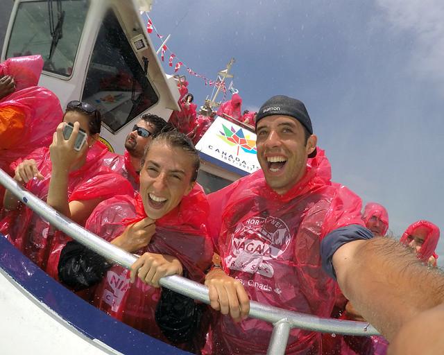 Llenos de agua en el barco por cataratas del Niagara