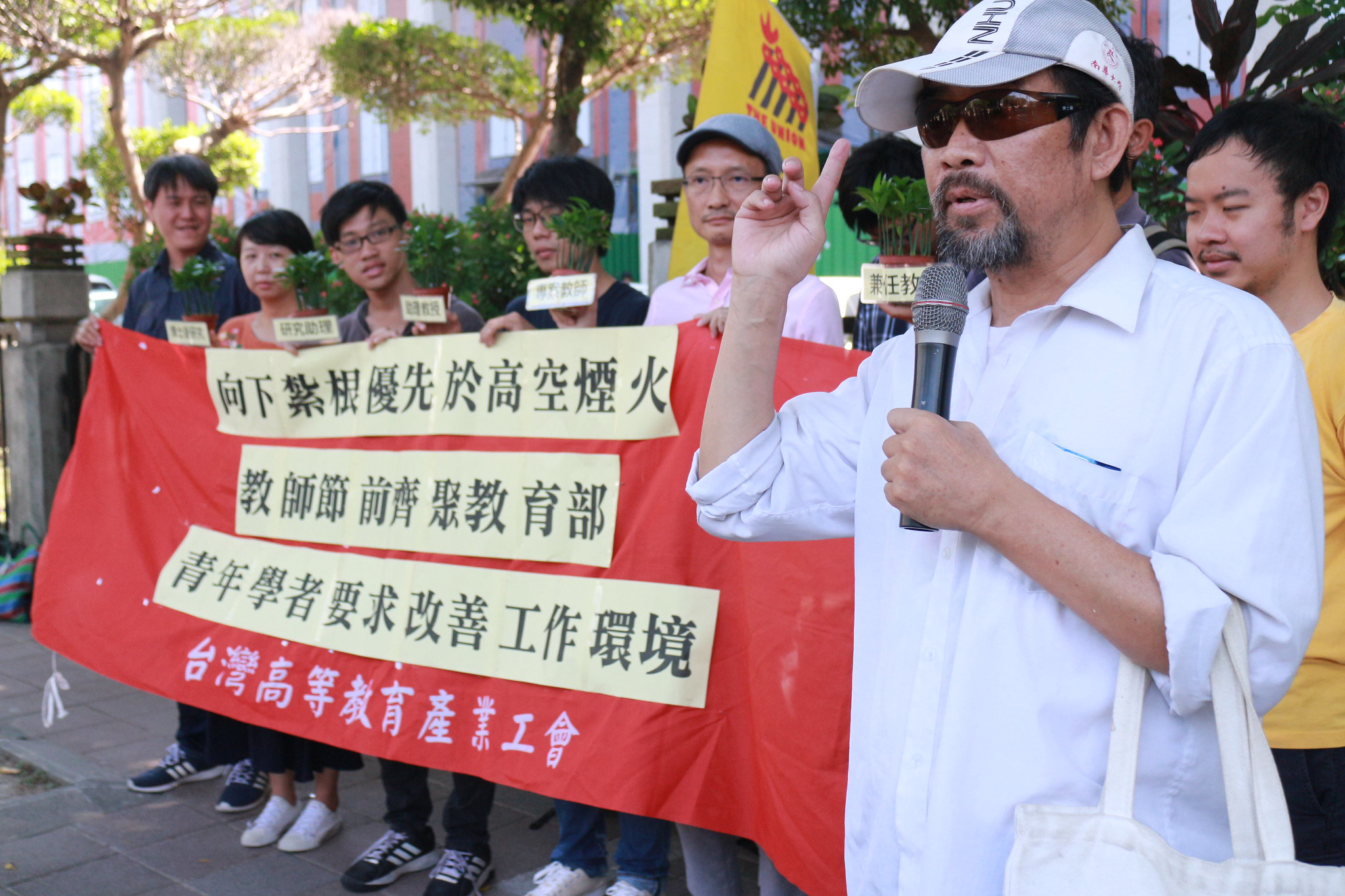 高教工會今日召開記者會,工會理事直批教育部的青年學者養成計畫是「大而無當的煙火秀」。(高教工會提供)