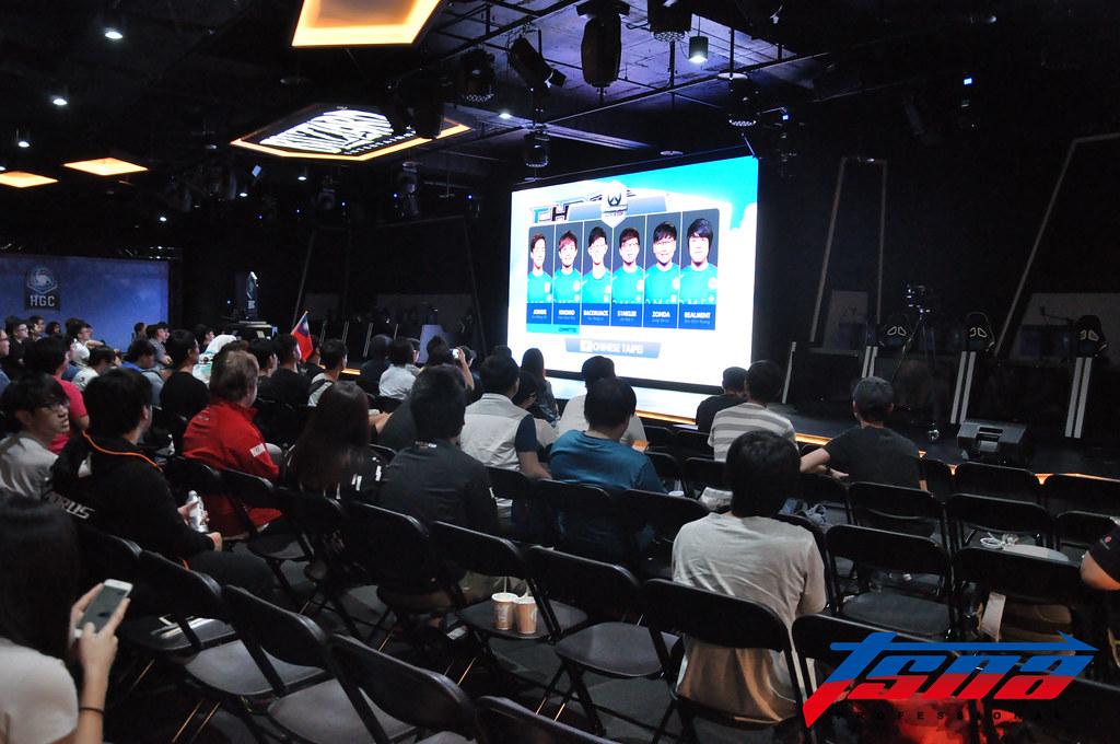 雖然比賽在半夜仍有不少粉絲到直播現場支持台灣。(張哲郢/攝)