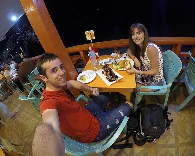 Comiendo pescado en El Nido junto a la playa