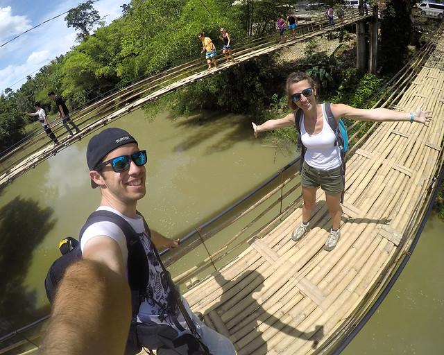En el puente colgante de bambú de la isla de Bohol sobre el rio Sevilla