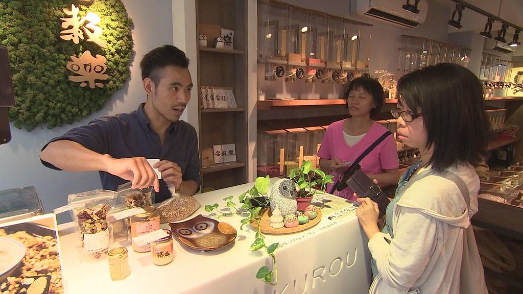 923-2-06 老糧行長大的林建鴻姐弟,喜歡傳統糧行稱斤論兩的溫情,決定返鄉開一家友善環境的店。