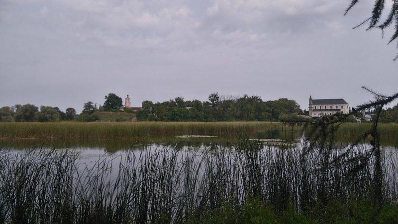 вид на замок Радзивиллов и костел Святой Тройцы с берега реки. Фото М. Жигаревої