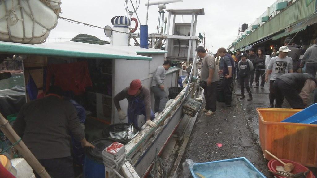 921-1-11 漁船一出海就要油錢,工錢每天都要發,不管抓到大魚還小魚,所有船隊只想盡可能填滿船艙。