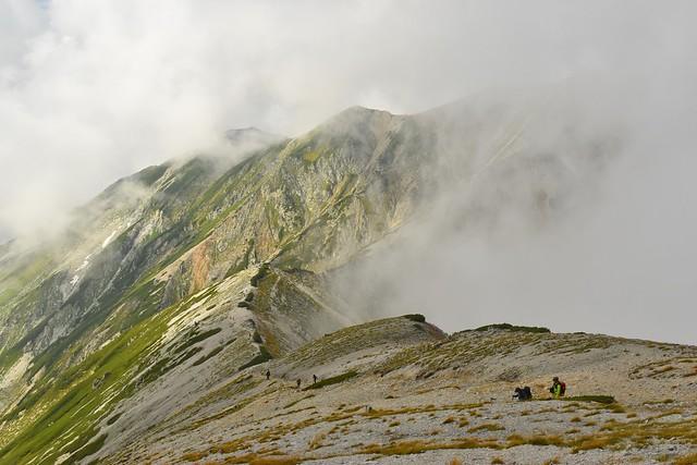 ガスの合間から見える北アルプス・別山