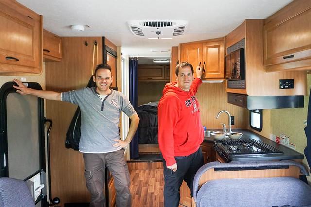Sele e Isaac Chavetas dentro de la autocaravana protagonista del viaje a Alaska