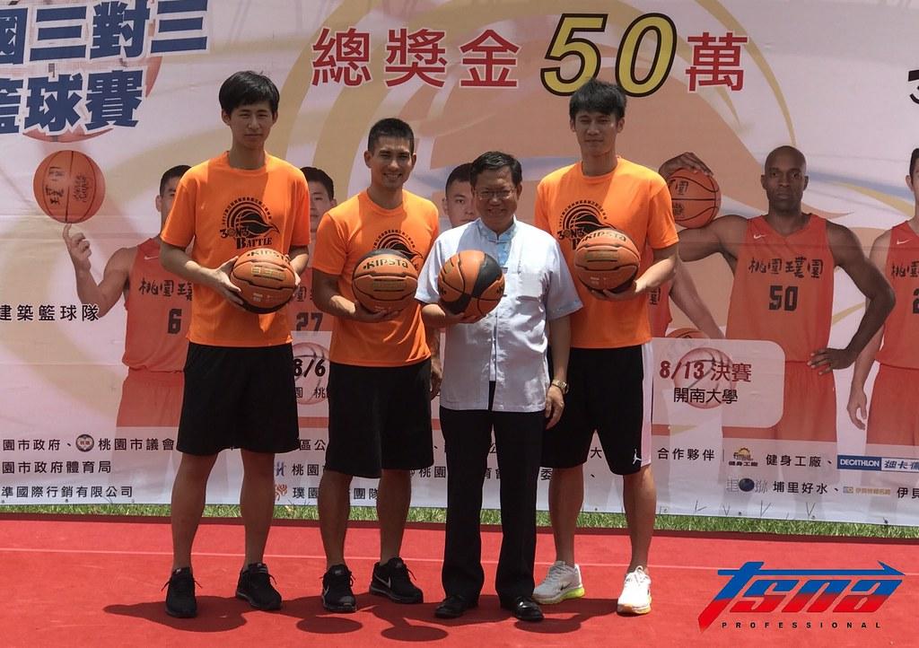 桃園盃3對3比賽開打,由左至右分別為林任鴻、陳堅恩、桃園市市長鄭文燦、林金榜。(鍾亞芳/攝)
