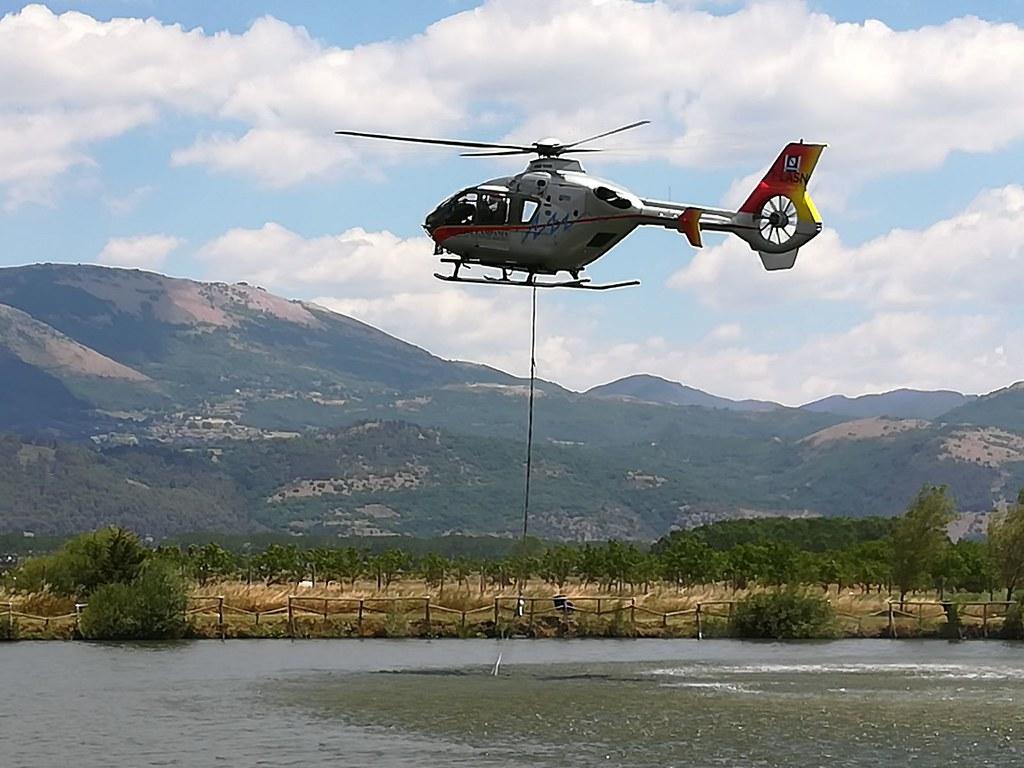 Elicottero Antincendio : Elicottero antincendio preleva acqua da un laghetto