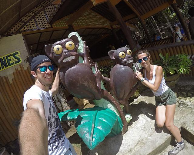 Junto a dos tarsiers en la isla de Bohol