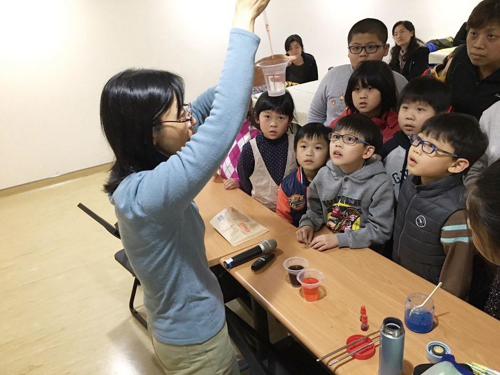 透過綠繪本跟小朋友說故事,也帶領其他五感體驗遊戲,讓小朋友透過體驗認識真食物。圖片來源:林玉珮。