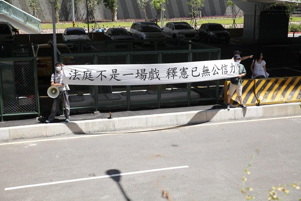 台灣公民權團結組織(簡稱民權團)拉起布條高喊「釋憲本身即違憲」。(攝影:陳逸婷)