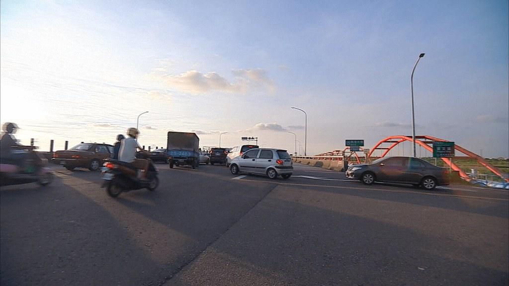 925-2-7 西港大橋看日落,是南瀛八景的曾橋晚照。現在,橋上沒有賞夕陽的悠閒,而是車多的路況。