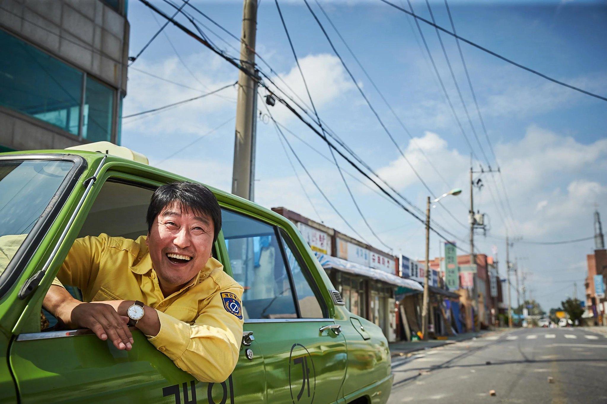 電影邀請觀眾認同計程車司機的觀點,讓觀眾彷彿也坐在那輛計程車裡頭,參與了這個民主化運動。(電影劇照)