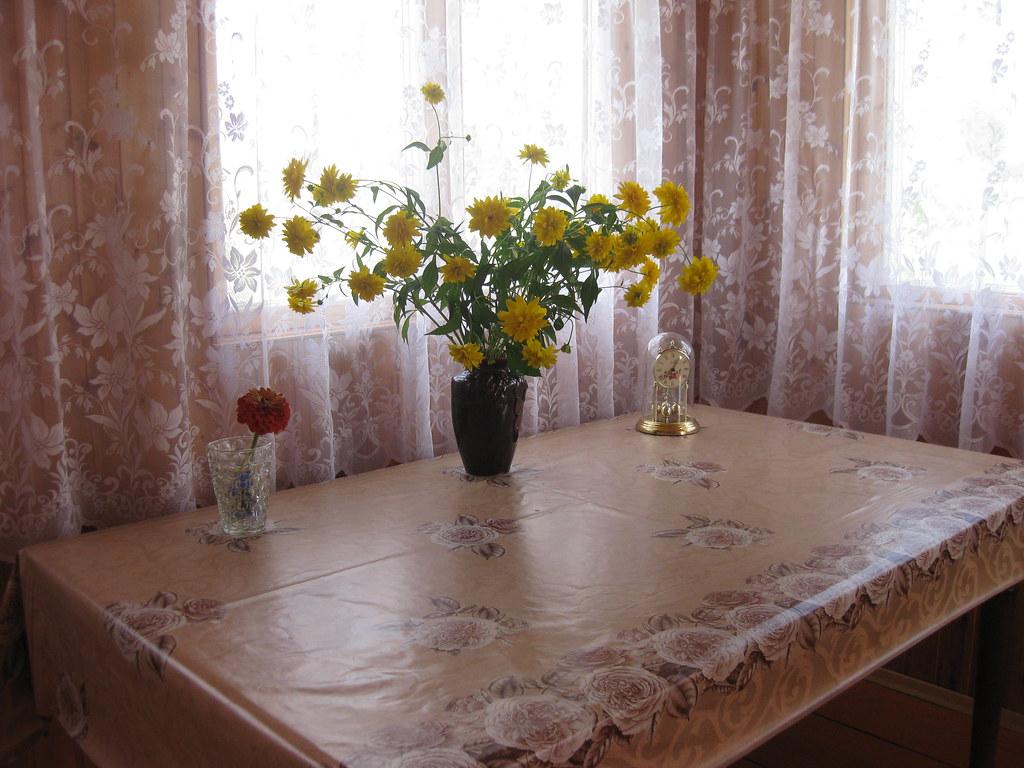 Ваза со цветами золотой шар, на столе
