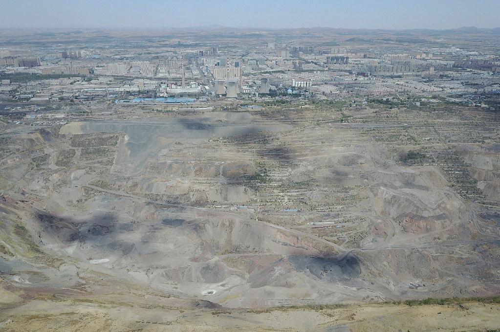 「亞洲第一大露天礦」的阜新海洲露天礦曾經是阜新人的驕傲,更是一片令人心潮澎湃的熱土。雖已經停產多年,但方圓6公里的礦坑內依舊火光點點,這是特有的煤層自燃的煙塵。攝影:Stam Lee
