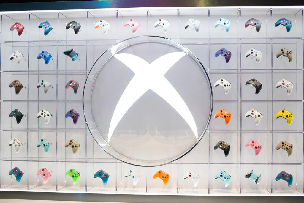 Ausstellung von Xbox One Kontroller in verschiedenen Farbe… | Flickr