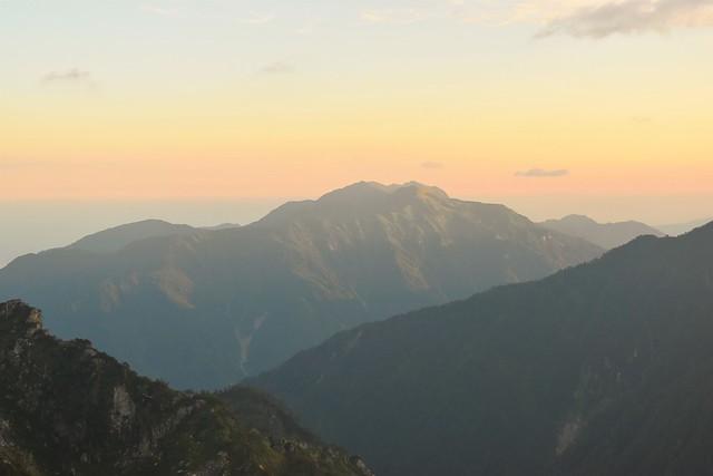 朝焼けに染まる毛勝山