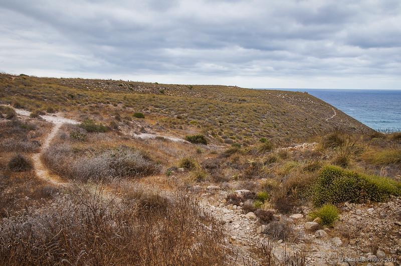 Llegando a un sendero que baja a la Playa de los Muertos