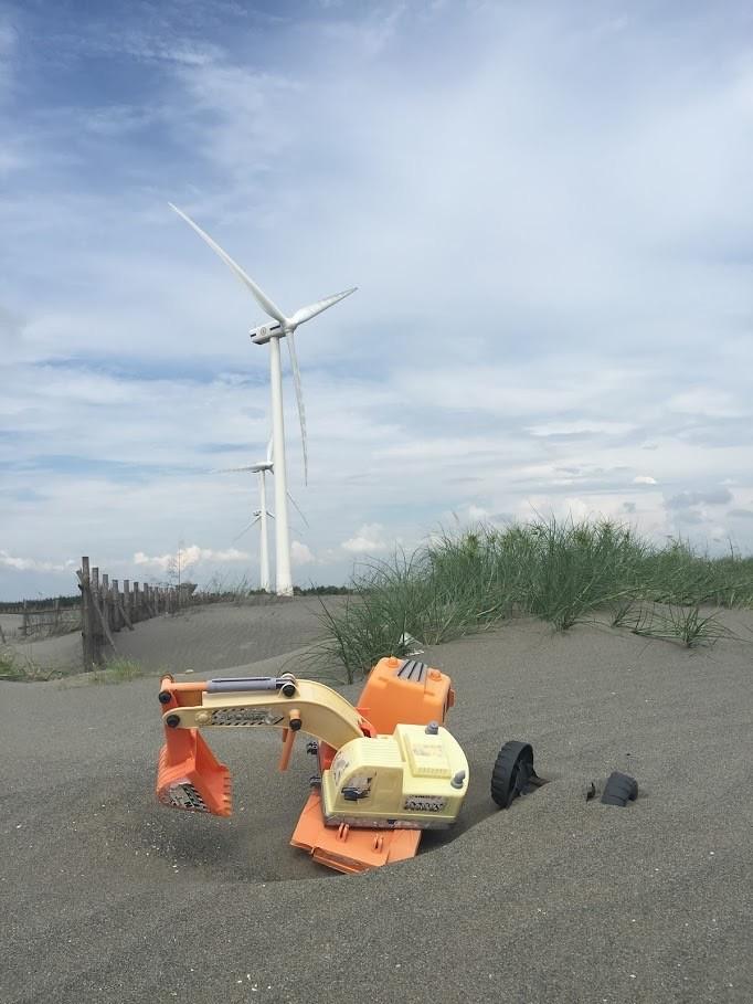 風機、垃圾、開發及飄飛砂,彰化海岸的水鳥族群其實面臨到了從人為到自然的威脅。圖片來源:低碳生活部落格。
