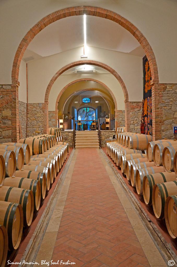 A Barricaia onde são produzidos e amadurecidos os vinhos da propriedade. Detalhe na parede para a obre de arte