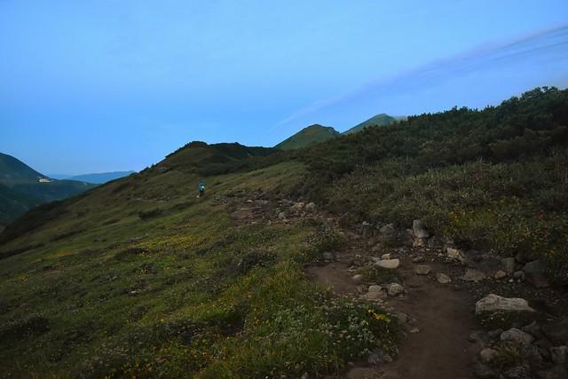 夜明けの奥大日岳への稜線