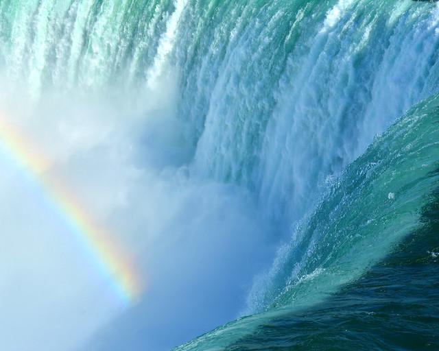 El borde de cataratas del Niágara, azul, con fuerza
