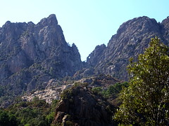 Punta Velacu et Calanca Murata encadrant le col supérieur du Velacu et le Cumpuleddu di u Tafonu (ex-Trou de la Bombe) depuis le chemin RG vers la confluence Frassiccia