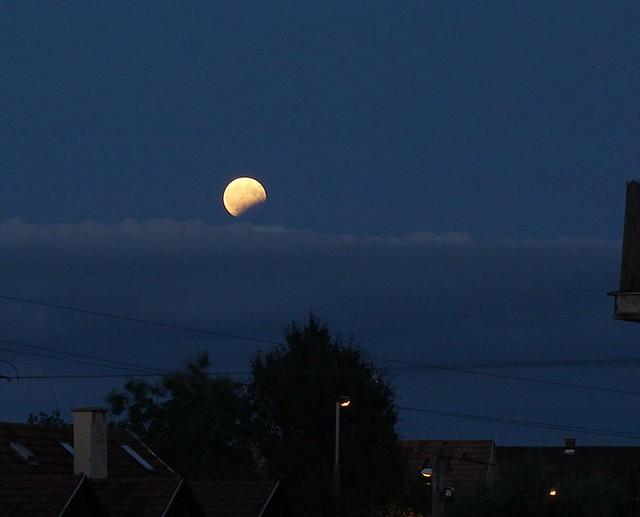 VCSE - Zelkó Zoltán kicsit későbbi képe bemutatja, hogy az idő előrehaladtával sok helyen kitisztult az ég és láthatóvá vált a részleges fogyatkozásban lévő Hold - Zelkó Zoltán képe