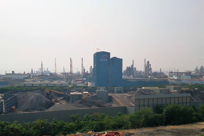 臨海工業區能因空污總量管制計畫而污染減量嗎?攝影:李育琴。