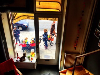 The kids love our pet display-window leopard at @Akvo #Sthlm Always stopping to talk to it. | by bjelkeman