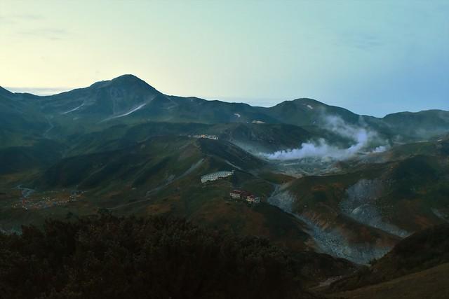 夜明けの立山室堂と地獄谷