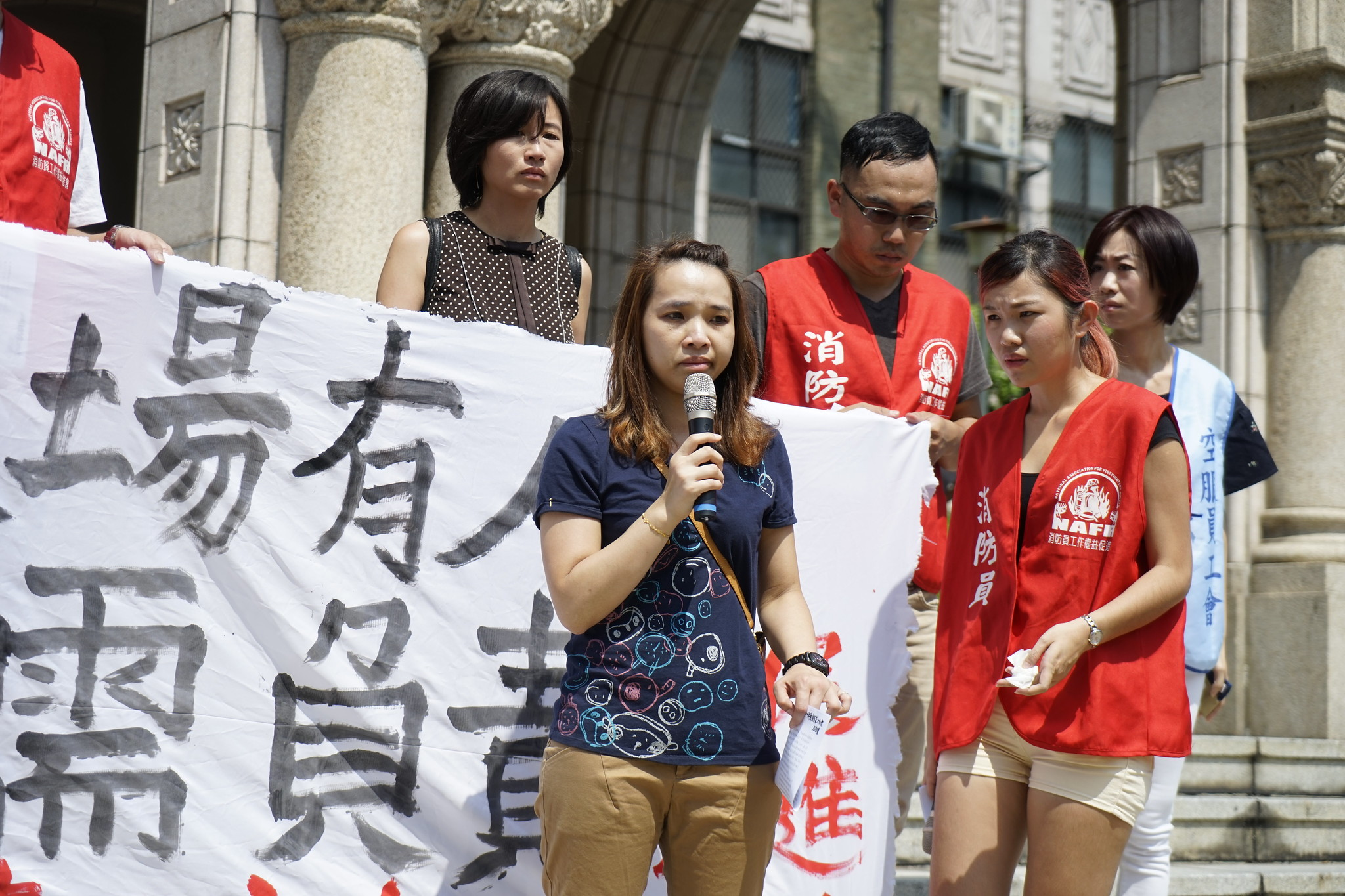 罹難消防員陳鳳翔家屬,數度哽咽,說明收到不起訴決定書後的沈痛心情。(攝影:張宗坤)