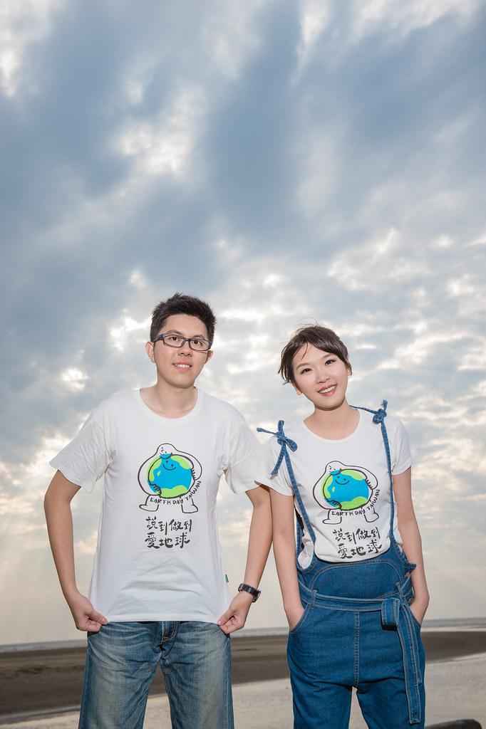 韓萱選擇穿著2017年的地球日紀念T恤拍婚紗照。圖片來源:韓萱提供。