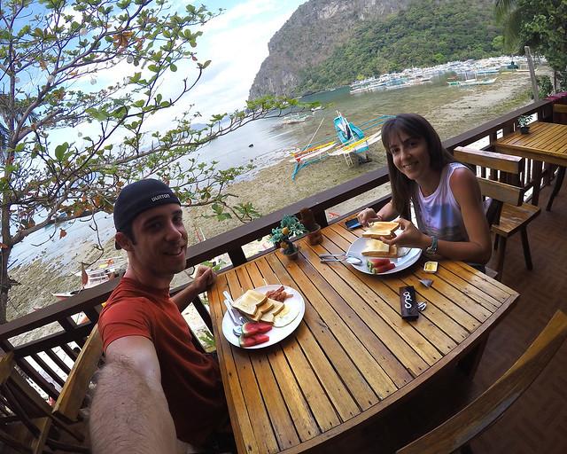 Desayunando en nuestro hotel de El Nido en Filipinas