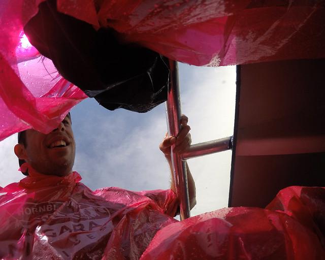 Intentando secarme como podía en el interior del barco de Cataratas del Niagara