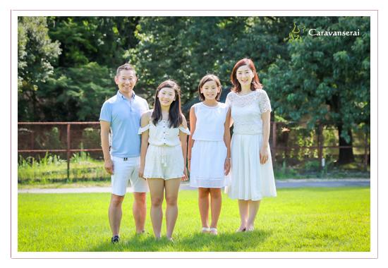 家族写真 兄弟 姉妹 おばあちゃま いとこ 親戚 家族の肖像 カジュアルな服装 白い服 森林公園 愛知県尾張旭市 ロケーション撮影