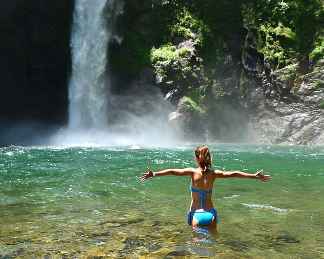Junto a la cascada de Tappiya en Filipinas