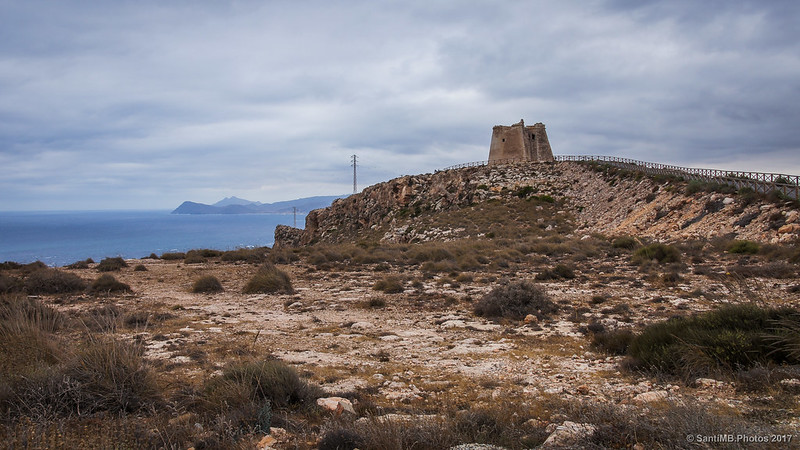 La Torre de Mesa Roldán desde la verja del faro