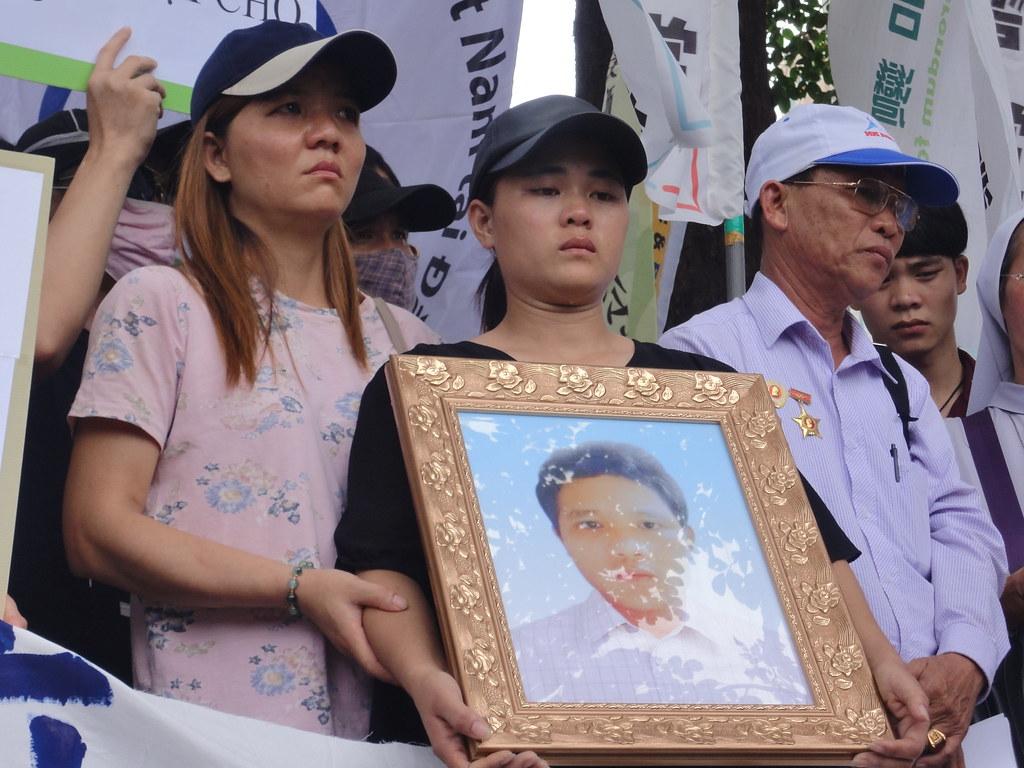 死者妹妹於記者會全程手捧哥哥遺照,頻頻掉淚。(攝影:張智琦)