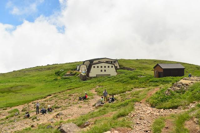 月山頂上小屋と湿原