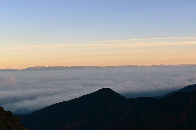 雲海の果てに浮かぶ北アルプス