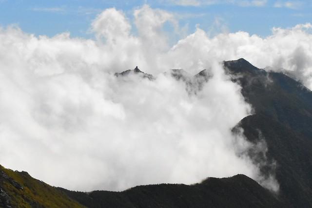 雲の合間から覗く鳳凰三山・地蔵岳のオベリスク