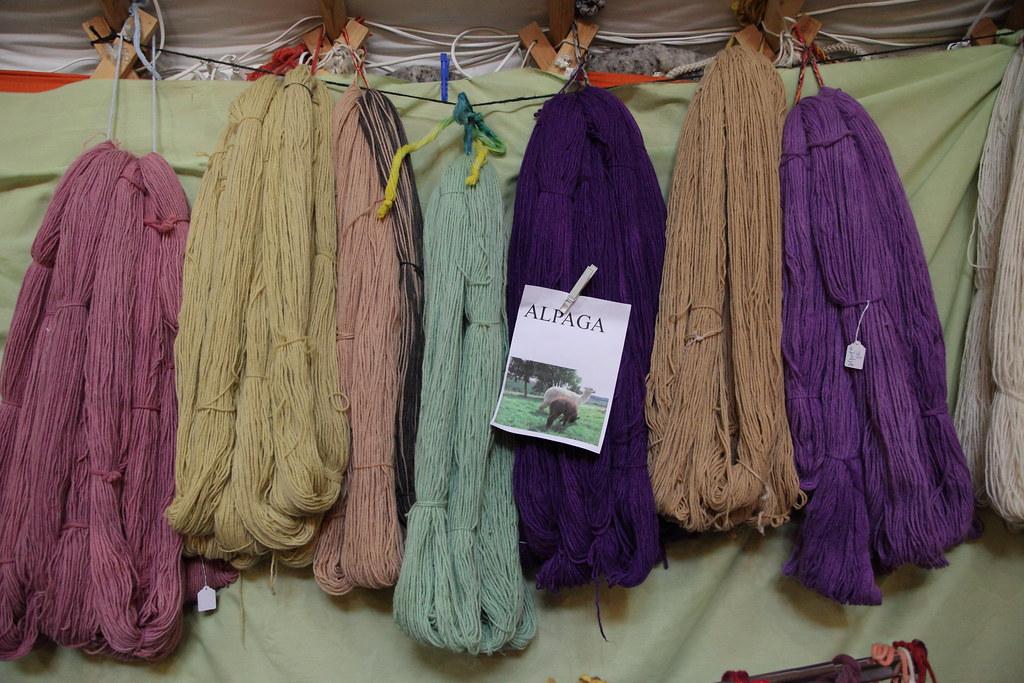 范斯小鎮的蒙古包內有各式動物毛線,圖片為羊駝的毛