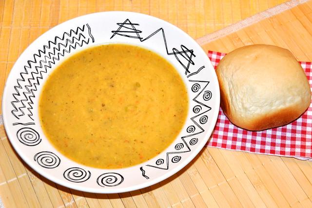 "Pfälzer Kartoffel-Gemüse-Suppe quer durch den Garten ""Grumbeersupp quer dorch den Gaade"" ... Brotcroûtons ... Dampfnudel ... Zwetschgenkuchen - Foto: Brigitte Stolle"