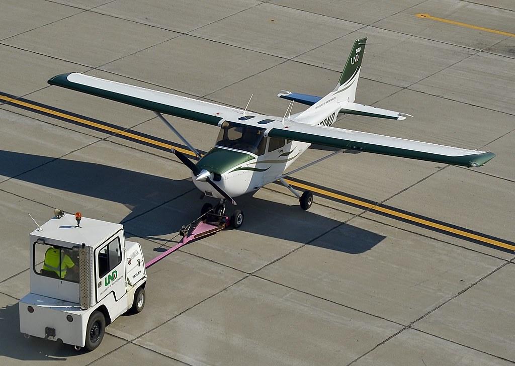 pushback a university of north dakota cessna 172 skyhawk flickr