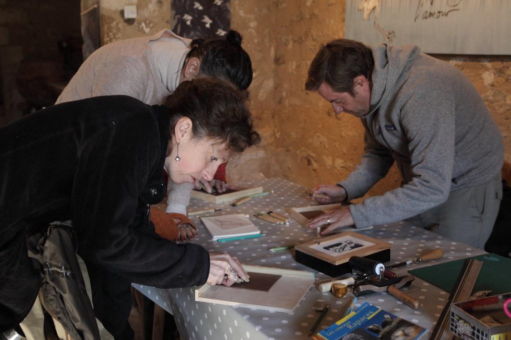 正帶領學員體驗木製版畫課程的藝術家梭兒(前排左方)