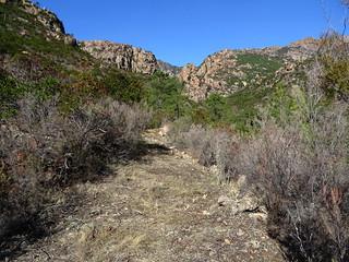 Le chemin dans la partie restaurée à l'embranchement vers les vasques de la confluence Carciara/Peralzone