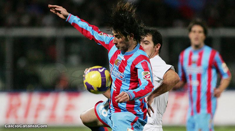 Andrea D'Amico, in maglia rossazzurra, contrastato da Dejan Stankovic in Catania-Inter del 2009