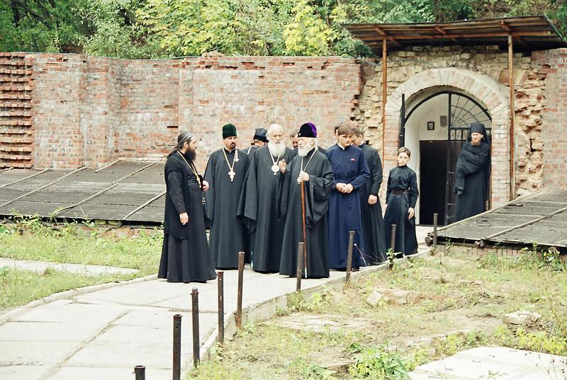 Посещение скита Блаженнейшим митрополитом Владимиром. 8 сентября 2000г. (вид храма до восстановления фасада)