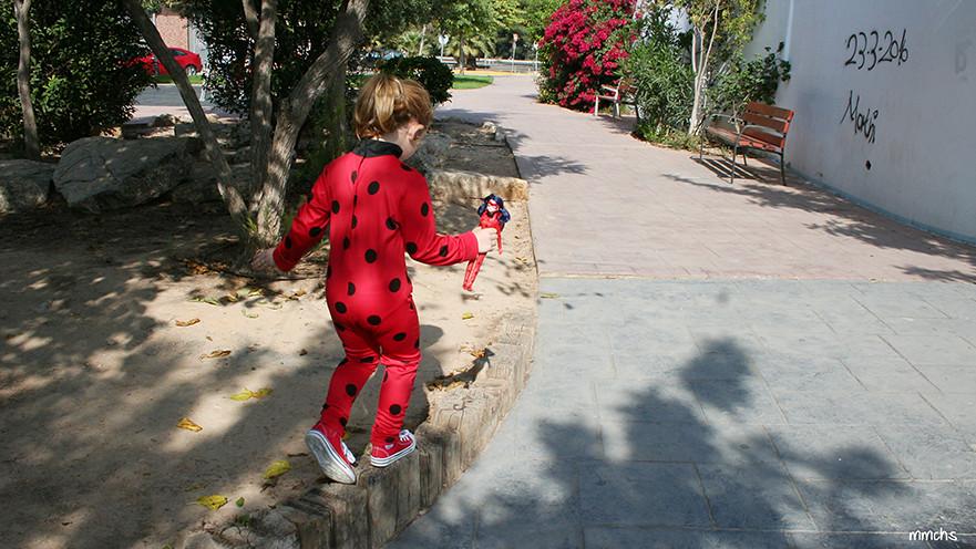 niña disfrazada de Ladybug